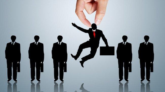 những người làm quản trị nhân sự còn cótrách nhiệmphải đề ra và giải quyết cácchính sáchtrong phạm vi của doanh nghiệp nhằm thực hiện mục tiêu của tổ chức.